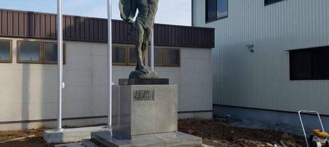 日本に3基しかない銅像の移設工事