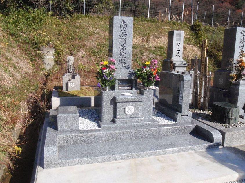 オリジナルの現代墓石を建てました